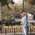 jongen in een park speelt met een grote jojo